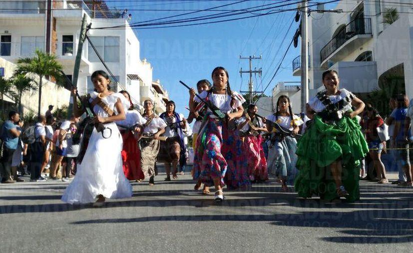 En Playa del Carmen participaron 3 mil personas en el desfile conmemorativo. (Foto: Daniel Pacheco)