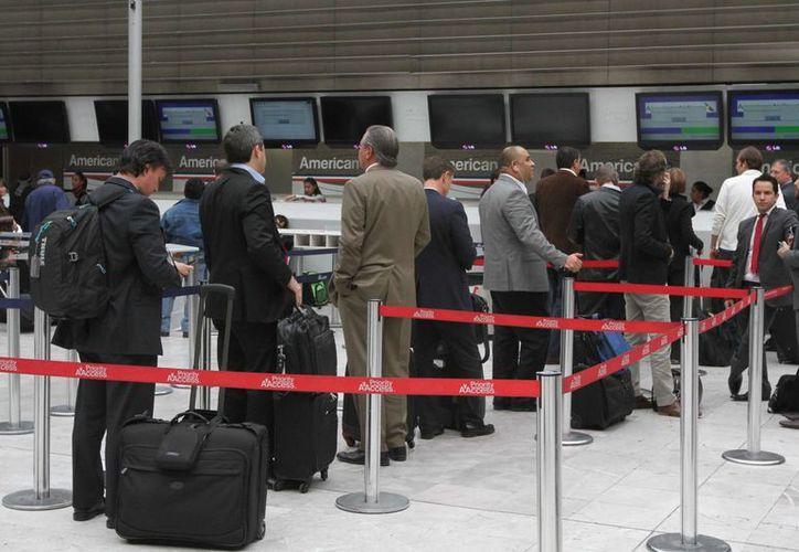 Imagen de pasajeros en el Aeropuerto Internacional Benito Juárez de la Ciudad de México (AICM). (Archivo/Notimex)