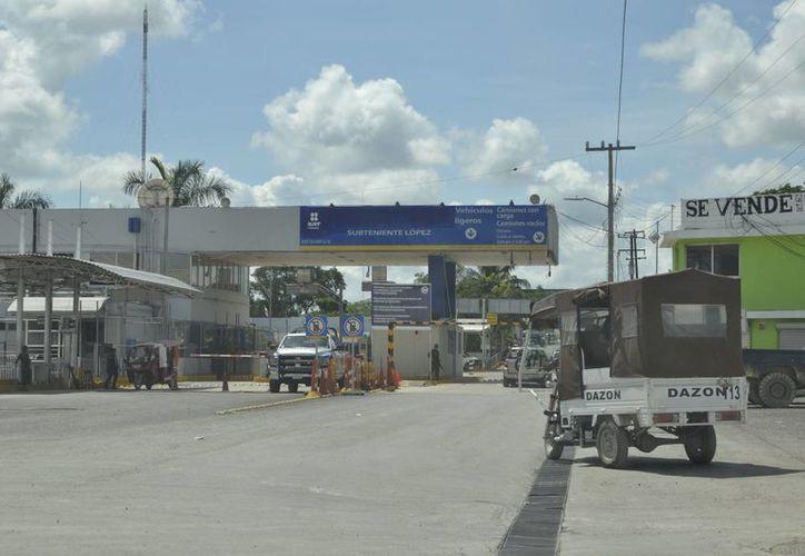 La administración de la aduana ha argumentado que la falta de personal impide el cruce a México durante las 24 horas. (Harold Alcocer/SIPSE)