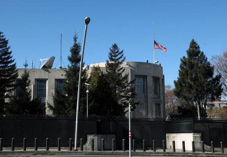 Bandera a media asta en el edificio de la embajada de EU en Ankara. (AP)
