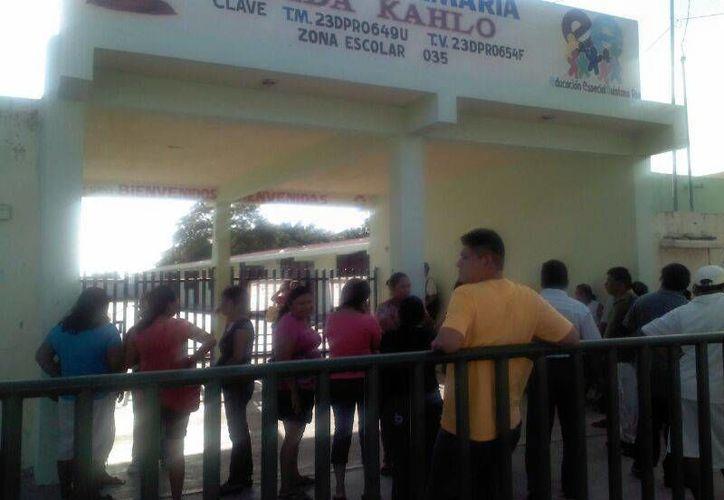 Personas en espera de la apertura de la casilla. (Eric Galindo/SIPSE)
