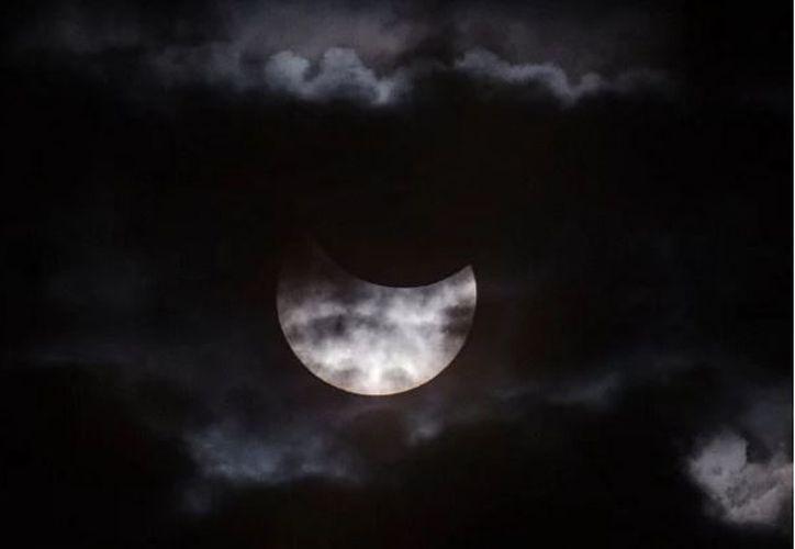 La Luna comenzará a opacar los rayos del Sol cuando estará ubicada frente al norte del Océano Pacífico. (La Gran Época)