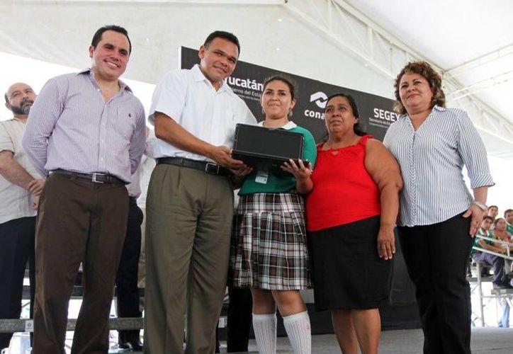 Alumnos del Conalep recibieron computadoras portátiles, dentro del programa Bienestar Digital. (yucatan.gob.mx)
