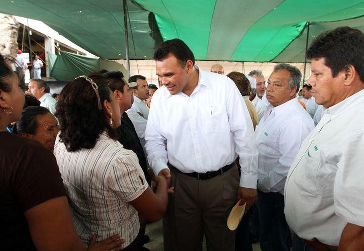 El gobernador Rolando Zapata Bello saluda a la gente en evento que encabezó ayer miércoles. (SIPSE)