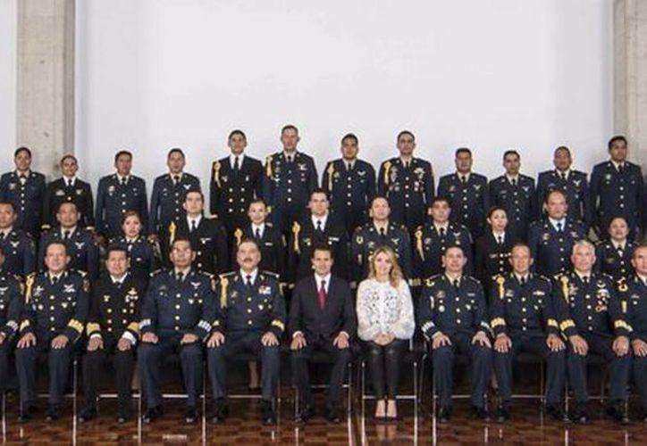El presidente Peña Nieto publicó una foto con miembros del Estado Mayor Presidencial, a quienes felicitó por su labor. (twitter.com/EPN)