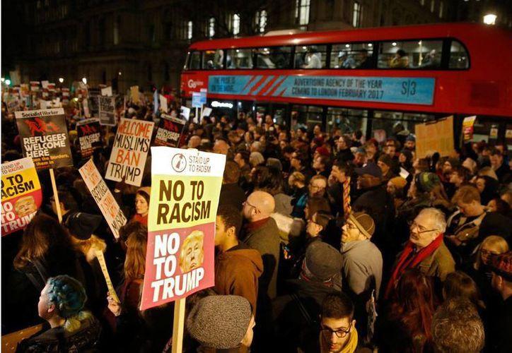 Aspecto de una protesta en Londres, Inglaterra, el lunes 30 de enero de 2017, contra la orden ejecutiva de Donald Trump de restringir la entrada a EU a personas procedentes de Irán, Irak, Libia, Somalia, Sudán, Siria y Yemen. (AP/Alastair Grant)