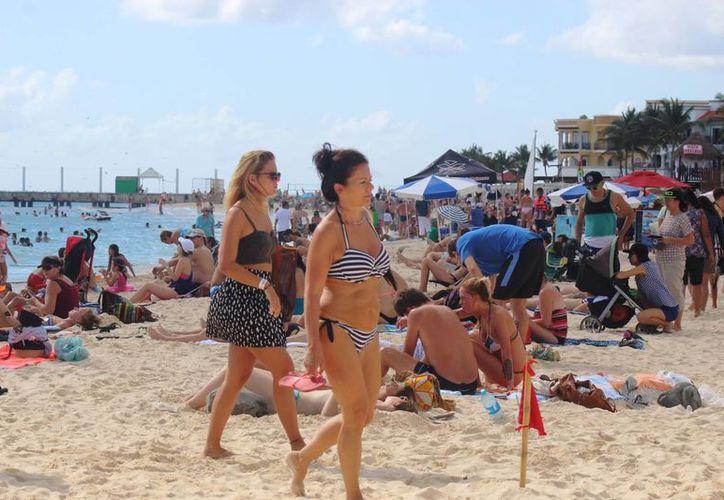 Miles de personas atiborran las principales playas del destino turístico. (Octavio Martínez/SIPSE)