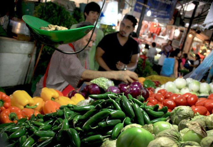 Entre los productos que más pesaron en la baja del mes se encuentran la electricidad, el jitomate, la cebolla. Fotos de contexto. (posta.com.mx)
