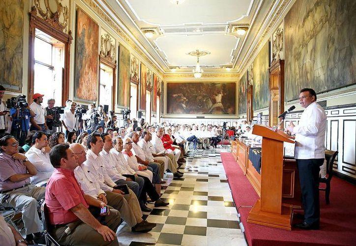 El gobernador Rolando Zapata destacó la importancia del intercambio del conocimiento sobre los aportes de los mayas a la arquitectura. (SIPSE)