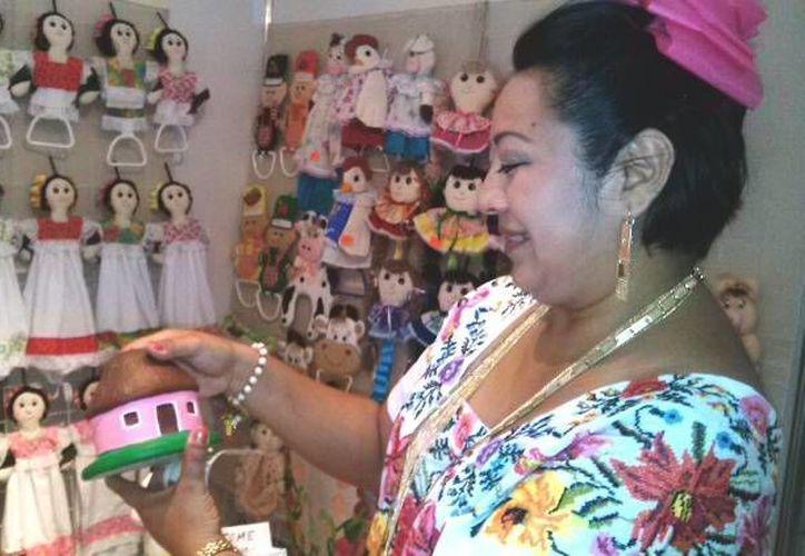 La regidora Manuela Cocom en la feria turística y artesanal de Dzityá, comisaría de Mérida. (SIPSE)
