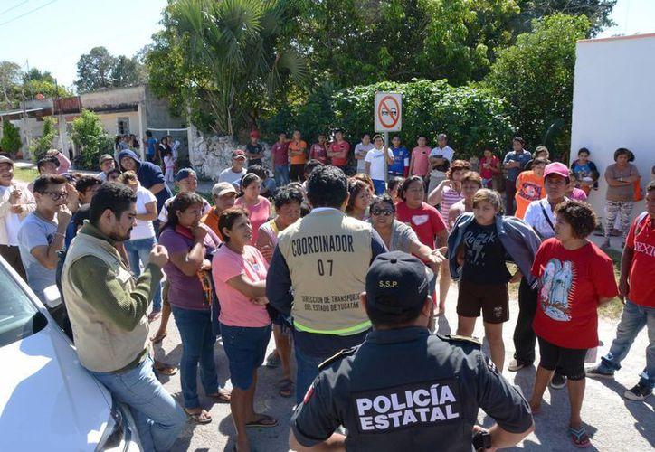 Los pobladores de Oxcum cerraron el paso a los taxis para exigir que no se incrementen el precio del pasaje. (SIPSE)