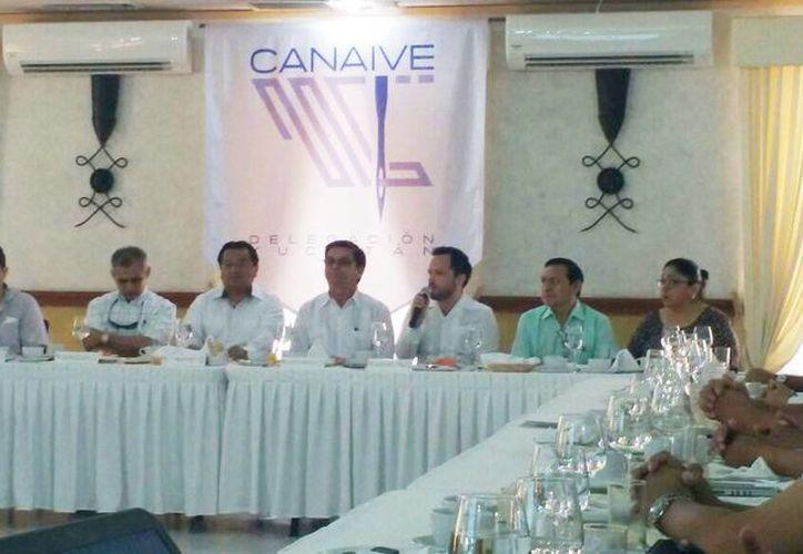 Imagen de la rueda de prensa de la dirigencia estatal de la Canainve en donde anunciaron su participación en ferias internacionales donde proyectaran la guayabera yucateca. (Candelario Robles/Milenio Novedades)