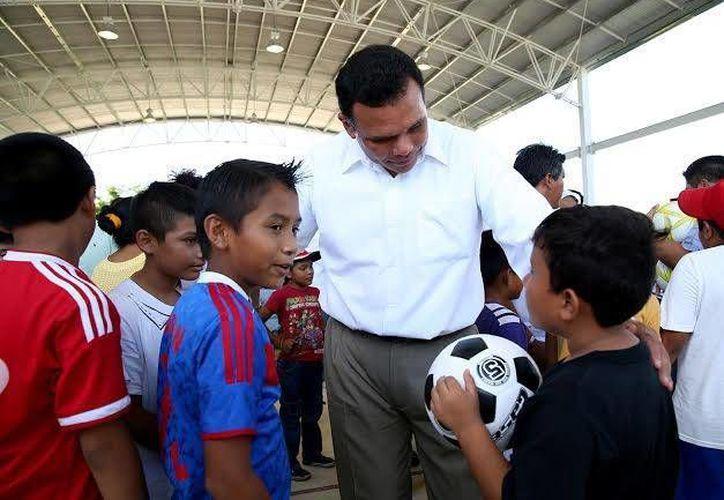 Zapata Bello dijo que en la cancha de usos múltiples de Cansahcab y otras obras de infraestructura se invirtieron cerca de cuatro millones de pesos. (Facebook/Gobierno del Estado de Yucatán)