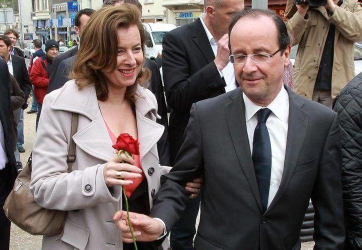 Imagen del presidente francés Francois Hollande y su pareja sentimental Valerie Trierweiler, antes de su separación. (Archivo/AP)