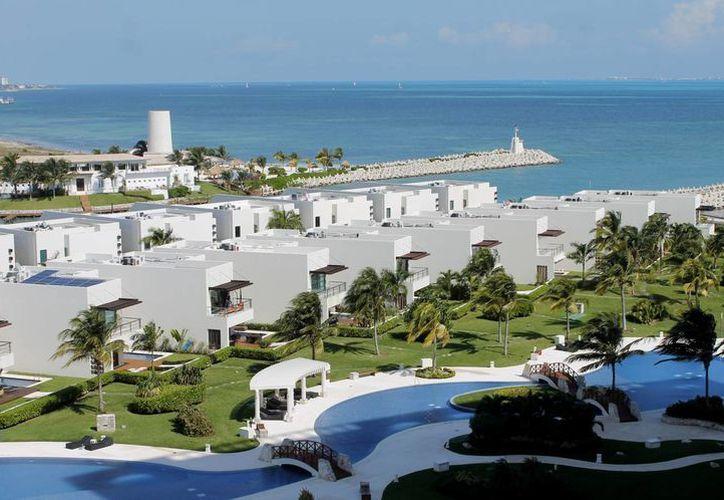 Los desarrollos habitacionales de lujo en Puerto Cancún. (Francisco Galvez/SIPSE)