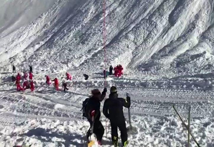 Cuerpos de rescate acudieron al lugar donde sucedió una avalancha en Tignes, Francia. Foto tomada de un video. (AP Photo)