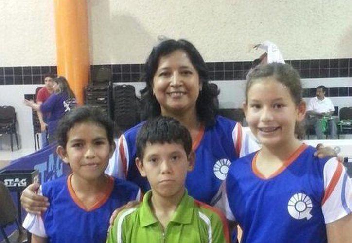 La entrenadora Mónica Miramontes, con los jugadores de Quintana Roo, Clío Bárcenas, Darío Arce y Diana Navarrete. (Redacción/SIPSE)