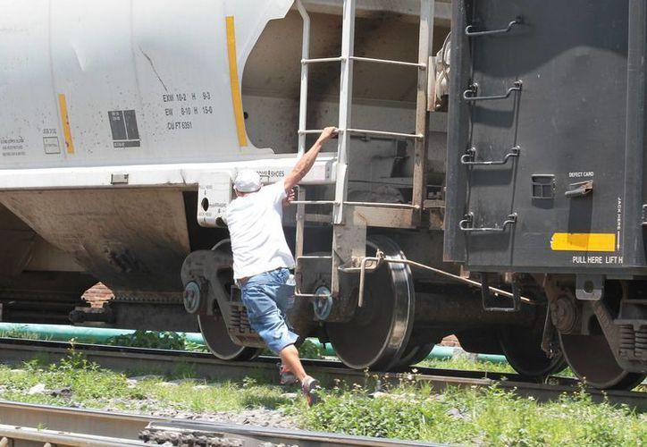 En Lechería, Estado de México, migrantes centroamericanos esperan el paso del tren para abordarlo y seguir su ruta hacia la frontera con EU. (Archivo/Notimex)