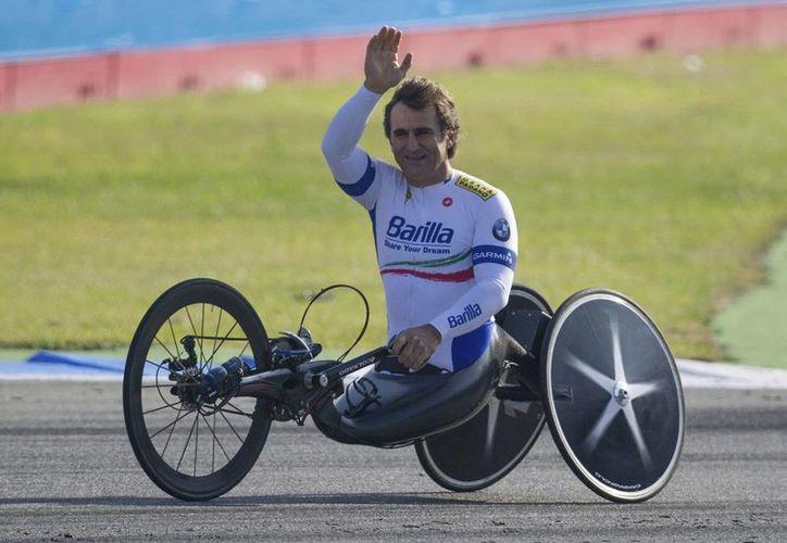 Alex Zanardi, quien hace unos años competía en la Fórmula Uno le encontró un nuevo sentido a la vida a través de bicicleta adaptada. (EFE)