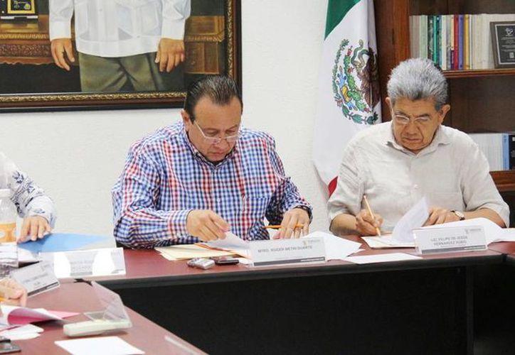 El titular de la Sedeculta, Roger Metri Duarte (c) y el presidente ejecutivo del FICMaya, Jorge Esma Bazán, durante el anuncio de que Yucatán será coordinador desde 2015 hasta 2017 del Forcazs. (Cortesía)