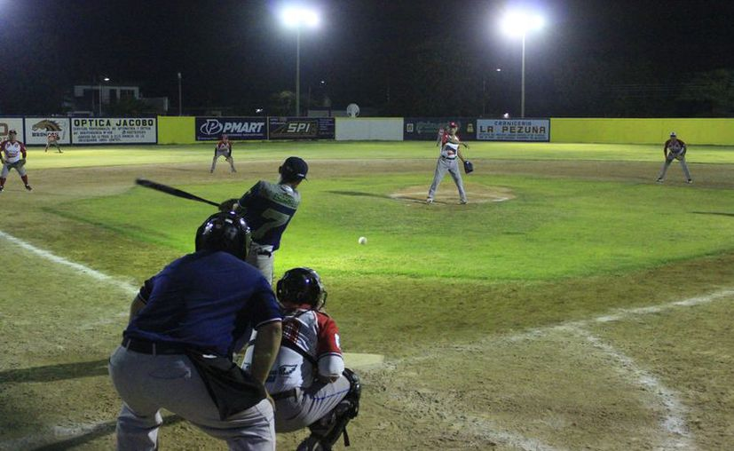 La bola blanda en la capital del estado tuvo actividad en el campo 20 de Noviembre. (Miguel Maldonado/SIPSE)