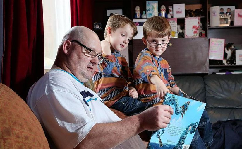 Gracias a la cirugía, el hombre pudo ver por primera vez a sus hijos gemelos. (telegraph.co.uk)