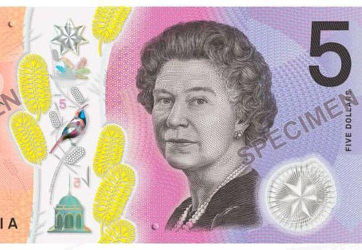 El nuevo billete de cinco dólares australianos cuenta con características que lo harán de fácil reconocimiento para personas con discapacidad visual. Aparece la reina Isabel II porque es también Jefa de Estado de Australia. (banknotes.rba.gov.au)