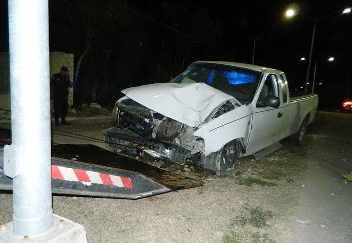 La camioneta manejada por  Carlos Israel Cámara Arias causó costosos destrozos. (Milenio Novedades)