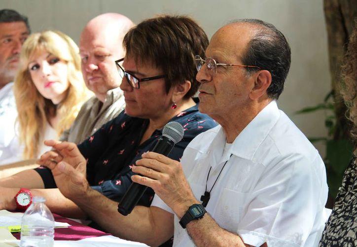 El padre dialogó con habitantes que se dieron cita en el centro cultural Caracol Marino. (Octavio Martínez/SIPSE)