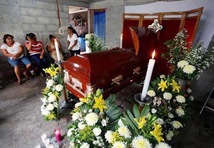 Imagen del velorio del periodista asesinado Armando Saldaña Morales en su casa en la localidad de Laguna Chica, Veracruz. (AP Photo/Félix Márquez)