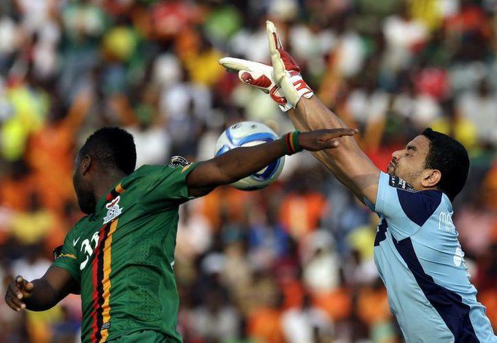 El portero de Túnez, Aymen Mathlouthi, en un mano a mano contra Emmanuel Mayuka, de Zambia, en partido del Grupo B de la Copa Africana. (Foto: AP)