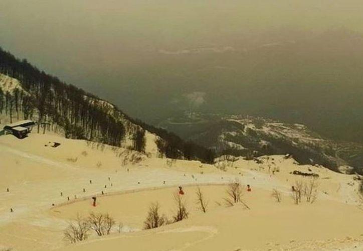 Las fotografías publicadas muestran a esquiadores deslizándose por laderas de montaña que parecen dunas en un desierto. (Instagram/@hakkisnow)