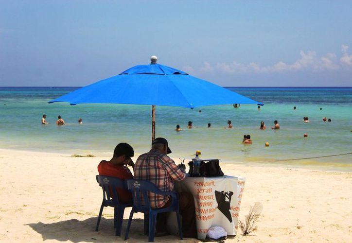 Este fin de semana hubo menos bañistas en las costas de Playa del Carmen. (Octavio Martínez/SIPSE)