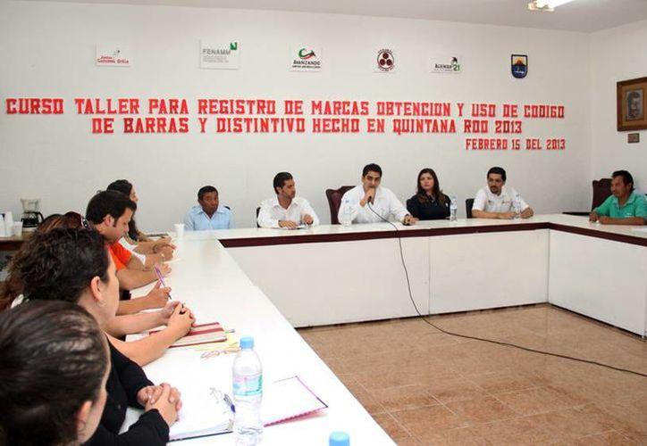 Las autoridades durante el desarrollo del curso taller. (Cortesía/SIPSE)