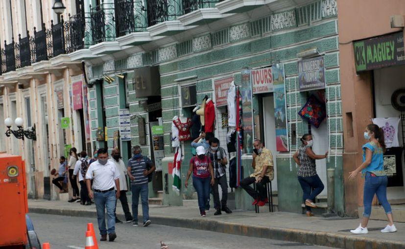 Aunque un gran número de personas transita por el centro, muchas lo hacen para dirigirse a sus trabajos. (Jorge Acosta/Novedades Yucatán)