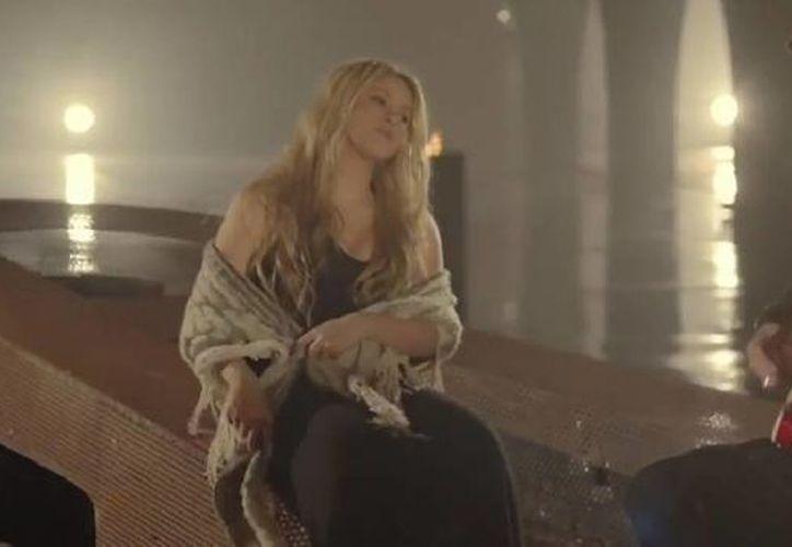 En el nuevo video 'Mi Verdad', Shakira aparece embarazada junto con Fher Olvera, de Maná. (Captura de pantalla de YouTube)
