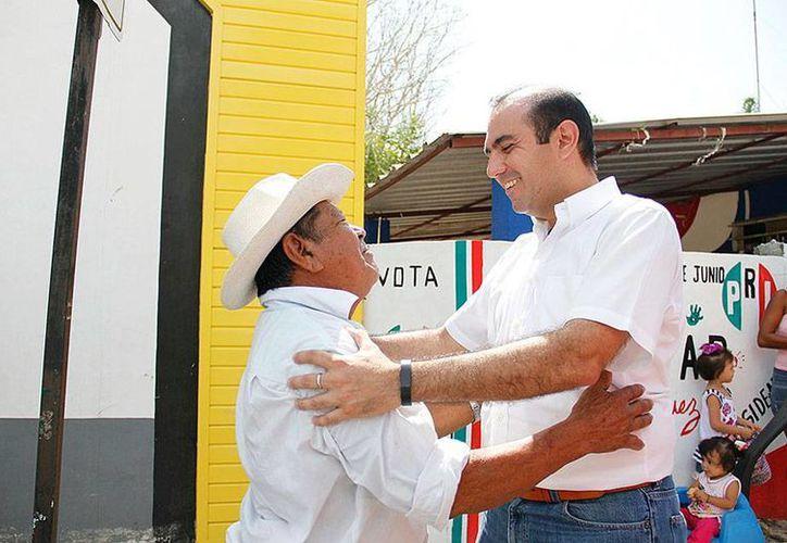 Felipe Cervera ofreció mejoras en servicios públicos, durante un recorrido como parte de su campaña para diputado por el V Distrito. (Milenio Novedades)