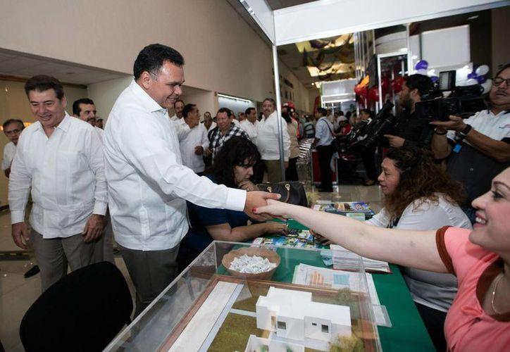 En la Feria de la Vivienda, que inició este viernes en Mérida, se ofertan más de tres mil casas con valores que van desde los 312 mil hasta el millón y medio de pesos, en más de 30 desarrollos habitacionales ubicados en lugares como Umán, Mérida, Kanasín y Ciudad Caucel. (Foto cortesía del Gobierno)