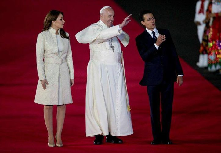 El Presidente de México y su esposa Angélica Rivera dieron la bienvenida a Su Santidad. (AP)