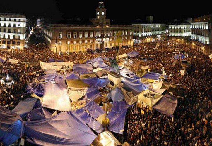 El movimiento de los indignados empezó como una protesta improvisada contra los recortes del gobierno español, en la plaza madrileña Puerta del Sol. (Agencias)