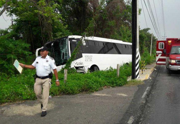 La falta de pericia del operador del autobús de personal del centro de hospedaje Gr Solaris Cancún, ocasionó que al menos 22 personas, entre trabajadores y chofer. (Redacción/SIPSE)