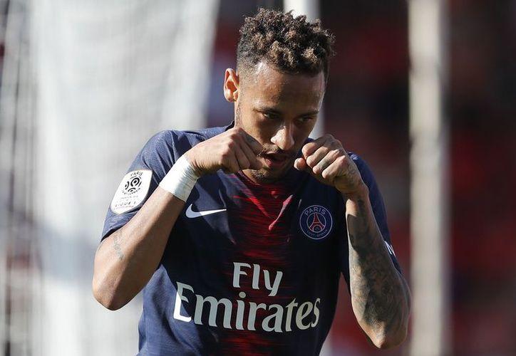 """Neymar celebró un gol con un gesto de llanto en respuesta a una pancarta que lo llamaba """"llorón"""". (Olé)"""