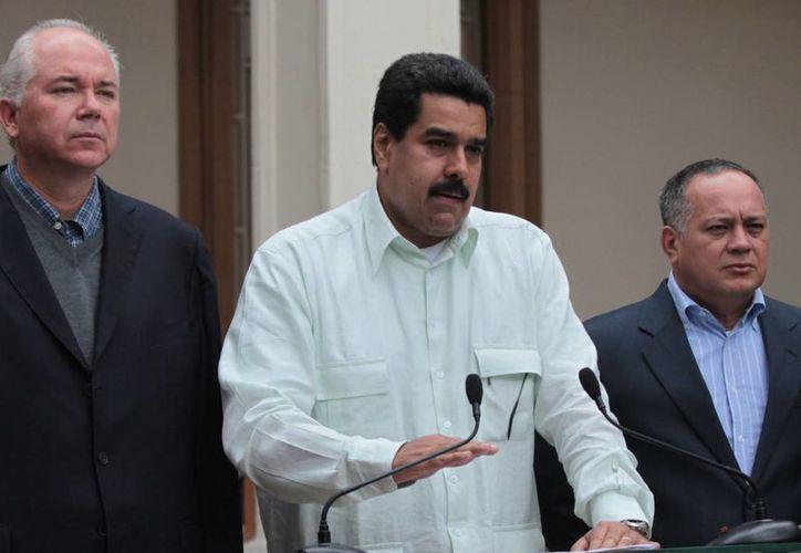 Maduro (c) visitó la semana pasada a Hugo Chávez en Cuba. (Agencias)