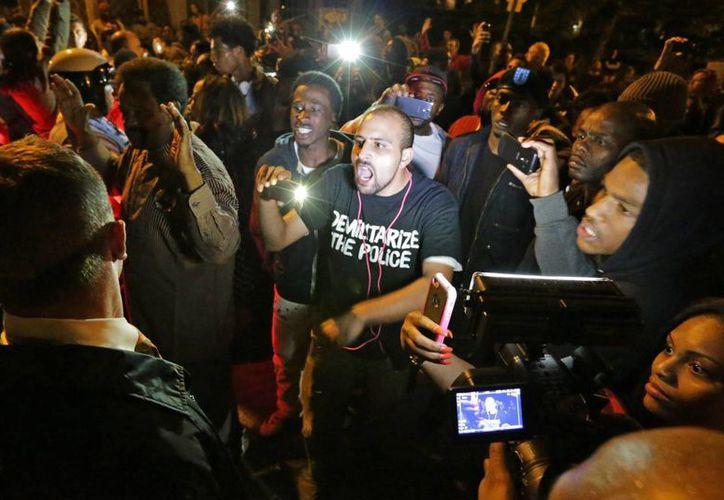 Una multitud se enfrenta con la policía cerca del lugar donde un hombre murió por disparos de la policía en el sur de St. Louis. (Agencias)