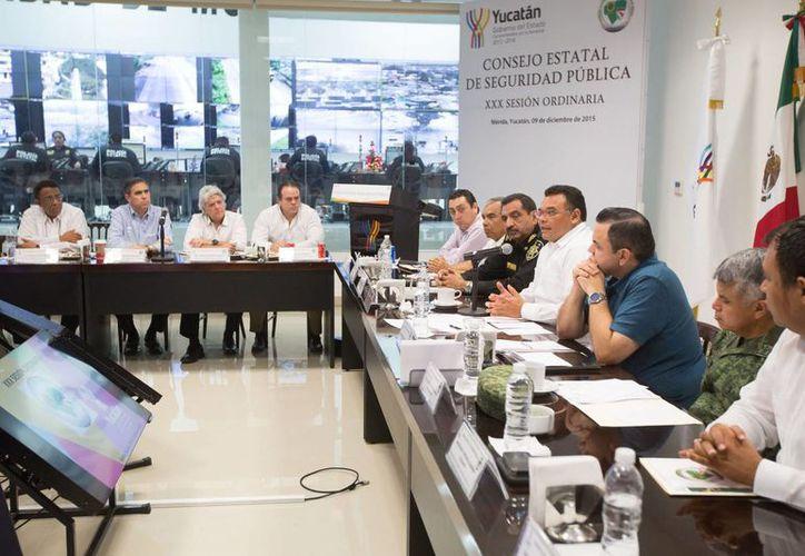 La XXX sesión ordinaria del Consejo Estatal de Seguridad Pública se celebró en la Sala de Crisis de la Unidad de Monitoreo e Inteligencia Policial (Umipol). (Foto cortesía del Gobierno de Yucatán)