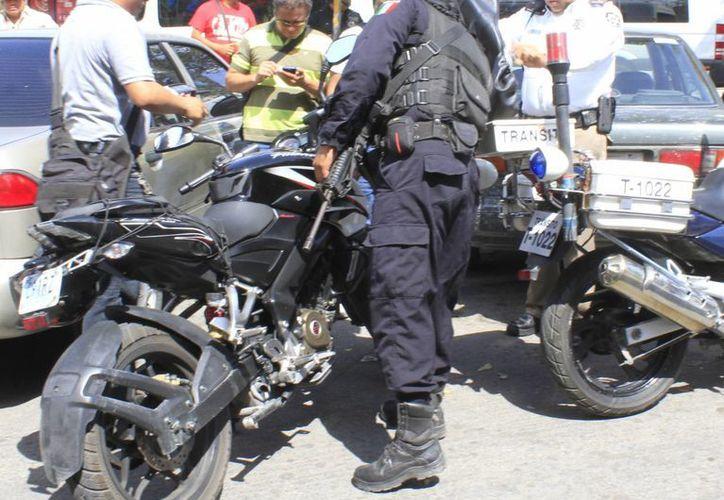 Las autoridades lograron asegurar una motocicleta abandonada. (Eric Galindo/SIPSE)