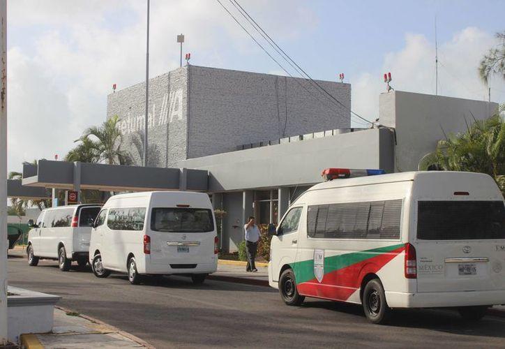Desde las ocho de la mañana, una camioneta tipo Van con placas MNP-48-15 del INM  se estacionó frente a la estación aeroportuaria. (Harold Alcocer/SIPSE)