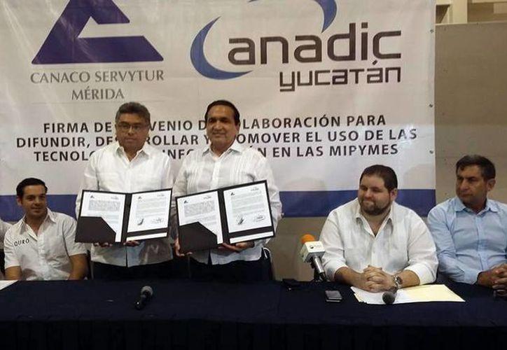 Autoridades de la Canaco Servytur y Anadic firmaron el convenio en la apertura de la Expo Comercio 2015. (Milenio Novedades)