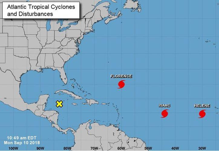 Tres huracanes transitan en las aguas del Atlántico. (Imagen del National Hurricane Center)