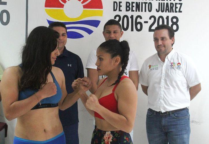 """El campeón de peso superpluma del CMB, Miguel Ángel """"Alacrán"""" Berchelt, fungió como testigo de honor de la ceremonia de pesaje. (Raúl Caballero/SIPSE)"""